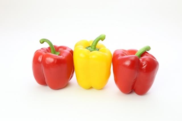 ビタミンCが豊富な赤ピーマンと黄いろピーマンです。