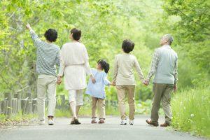 健康で長生きできるよう努める家族。