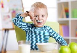 楽しく食事をする幼児。