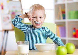 風邪の症状を食事で回復して元気になった幼児。