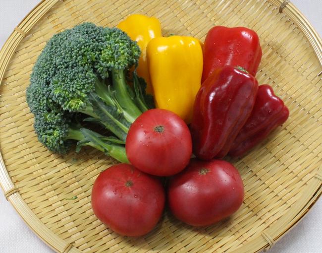 ビタミンACEが含まれる赤ピーマン、黄ピーマン、トマト、ブロッコリーです。
