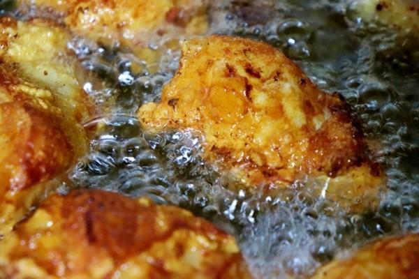 外食やお総菜屋さんの揚げ物は古い油を使うことが多いことを示しています