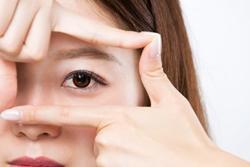 女性の目元を注目した画像