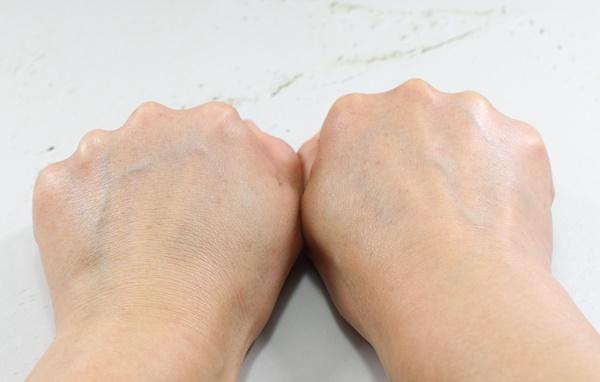 ジャムウ・ハーバルソープの泡パック後、左右の手を比較すると白くなっているのがわかります