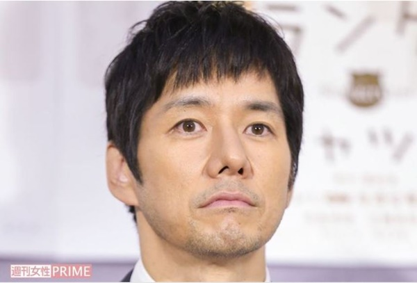 俳優の西島秀俊さんのナチュラル眉毛を紹介しています