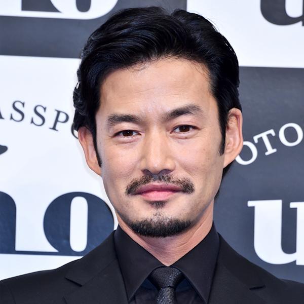 竹野内豊さんの男らしいナチュラル眉毛を紹介しています
