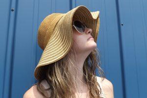 夏の紫外線を浴びる女性